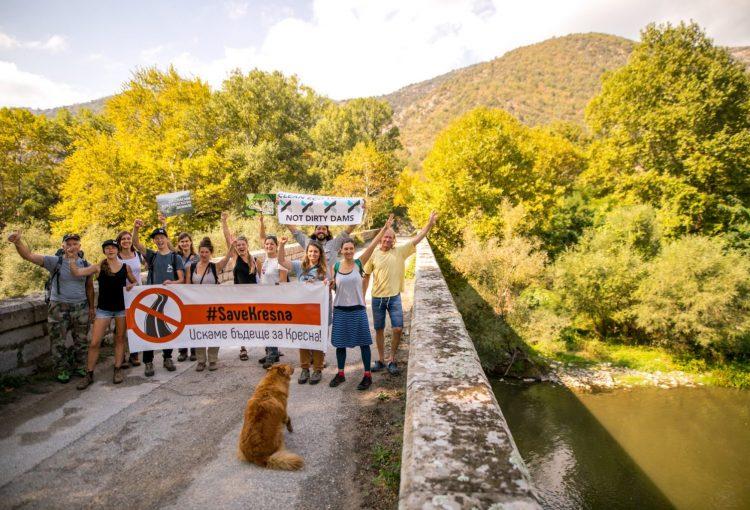 """Read more about the article С протест пред ЕK граждани настояват за спазване на законите и построяване на магистрала """"Струма"""" извън Кресненския пролом"""