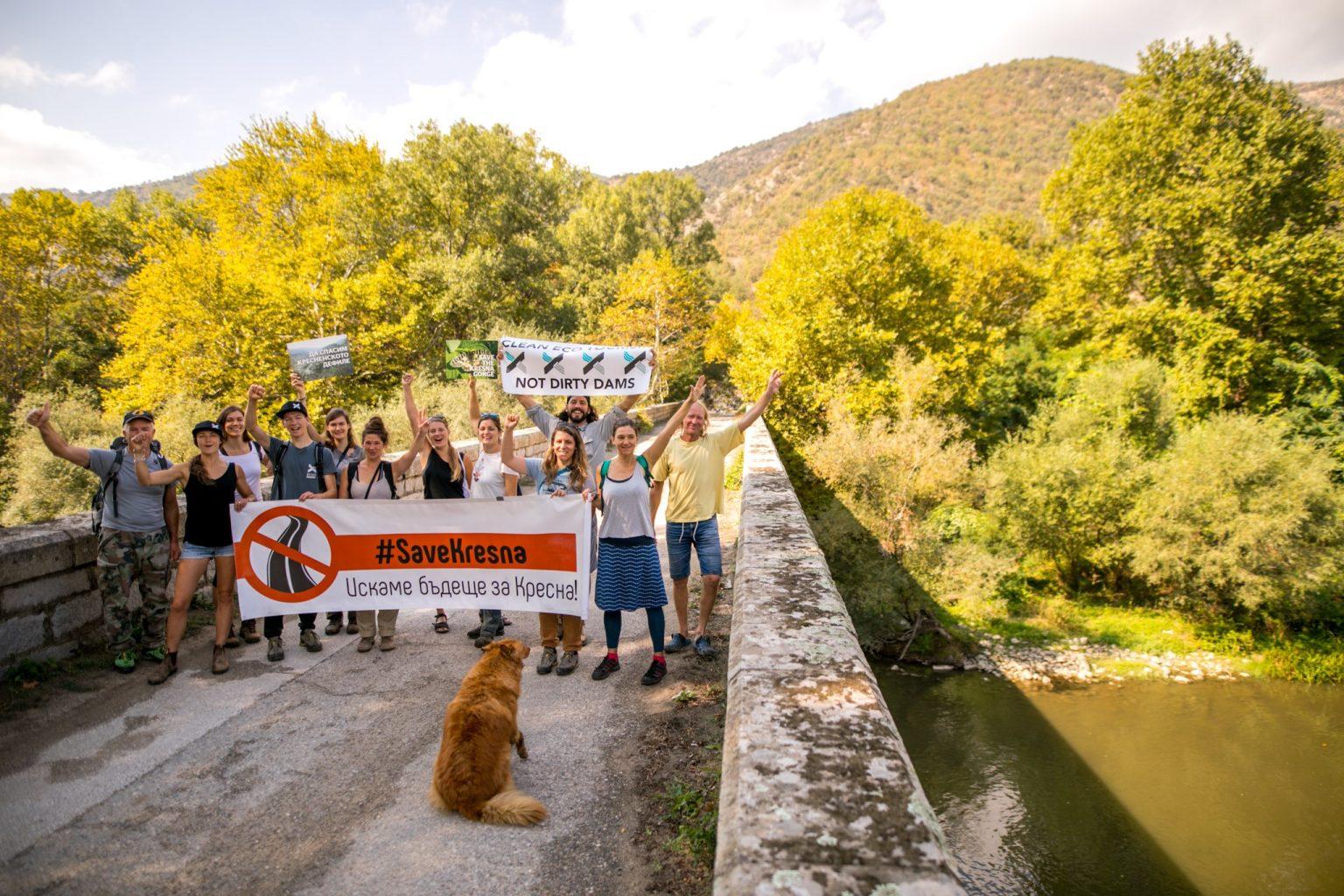 """С протест пред ЕK граждани настояват за спазване на законите и построяване на магистрала """"Струма"""" извън Кресненския пролом"""