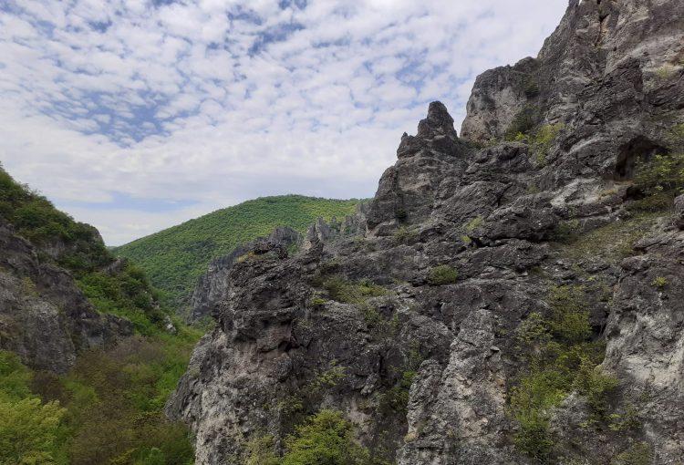 скалите на река Шегава